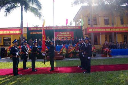 Thủ trưởng Bộ tư lệnh Quân chủng Phòng không-Không quân trao Quân kỳ Quyết thắng cho Trung đoàn Tên lửa 64.