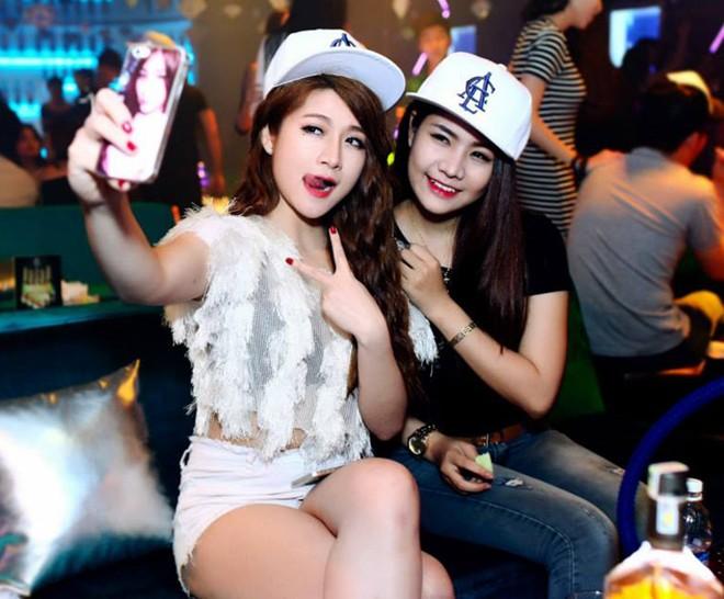 Hot girl Vân Navy đi bar, hôn đồng giới