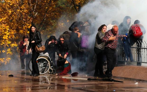 Cảnh sát sử dụng vòi rồng phun nước để giải tán người biểu tình bên ngoài một phiên tòa ở Ankara, Thổ Nhĩ Kỳ.