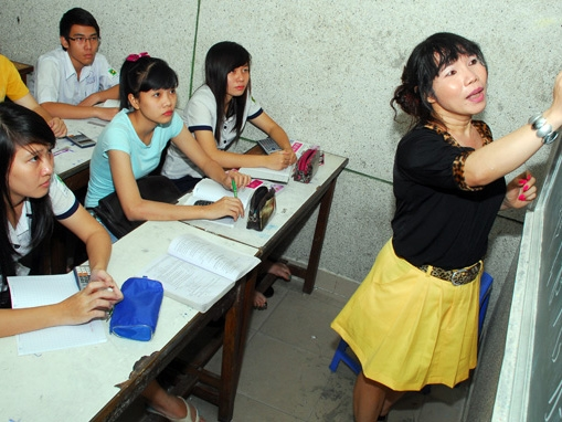 Cô giáo chuyển giới đang giảng bài