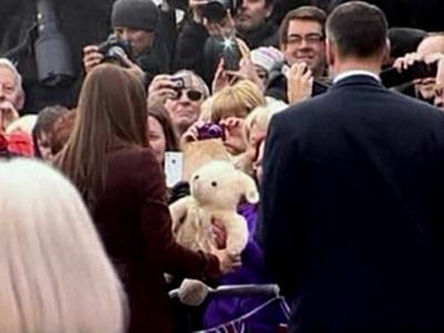 Công nương Kate được cho là đã vô tình tiết lộ giới tính con mình khi nhận con gấu bông màu trắng từ tay một người hâm mộ. Ảnh: Reuters