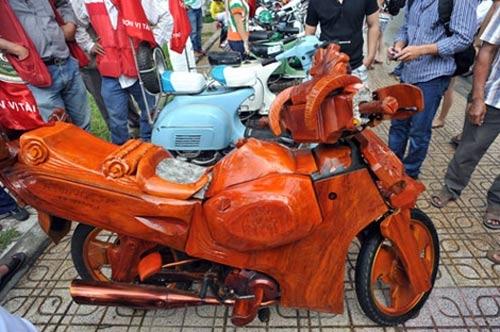 Chiếc xe máy làm bằng gỗ, phần ruột của xe không phải của dòng Vespa cổ mà nó được chế từ một chiếc xe Honda Wave. Chủ nhân của xe là anh Nguyễn Kim Bằng, một người dân thành phố Nha Trang.