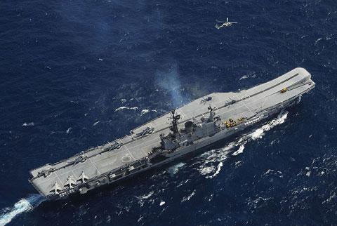 Trong ảnh, tàu sân bay INS Viraat của Hải quân Ấn Độ được mua lại từ Vương quốc Anh năm 1987. Con tàu có lượng giãn nước 28.700 tấn, dài 226,5m, có khả năng chở 30 máy bay. Ấn Độ đang muốn tăng cường lực lượng tàu sân bay với việc mua thêm tàu cũ của Nga và tự đóng mới.
