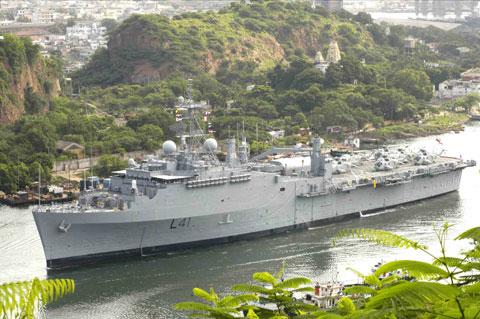 Đội tàu vận tải đổ bộ của Ấn Độ có 16 chiếc gồm đủ kích cỡ. Trong ảnh, tàu đổ bộ lớn nhất INS Jalashwa có lượng giãn nước 16.590 tấn.