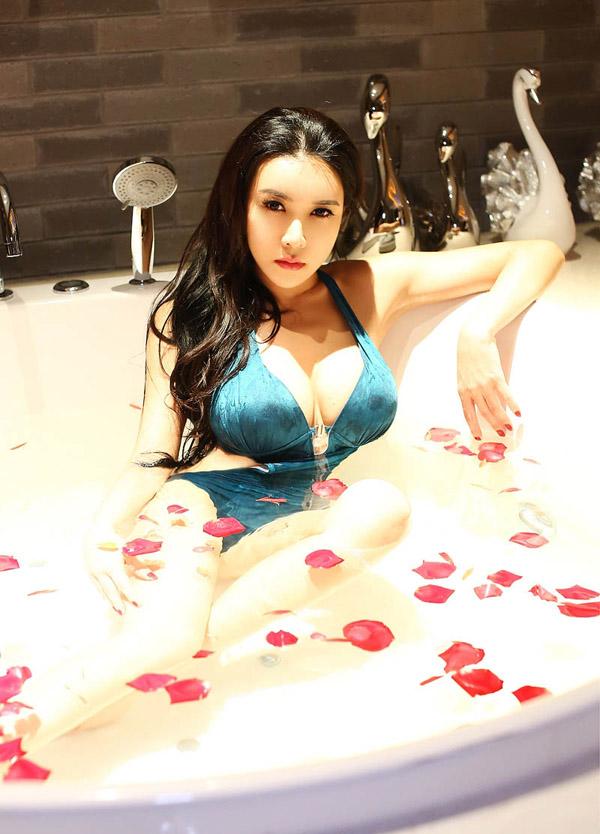 """Những khoảnh khắc """"dâm phụ Phan Kim Liên"""" khoe ngực nóng bỏng"""