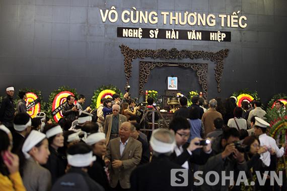 Người thân và đông đảo bạn bè, đồng nghiệp tới tiễn đưa nghệ sĩ hài Văn Hiệp.