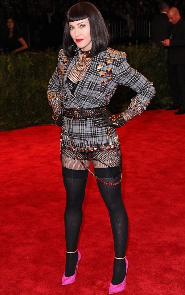 """Madonna """"quên quần"""", đeo thánh giá sau mông 1"""