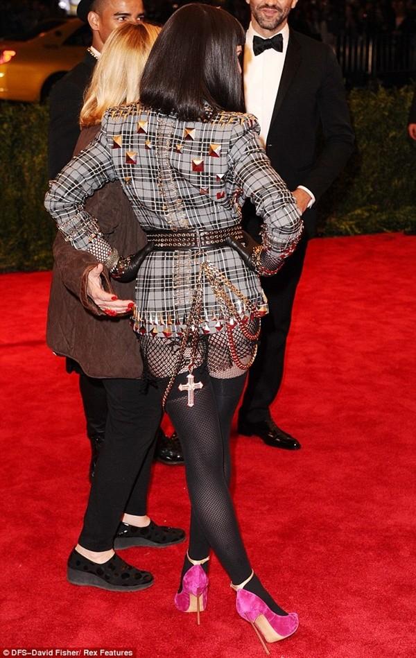 """Madonna """"quên quần"""", đeo thánh giá sau mông 2"""
