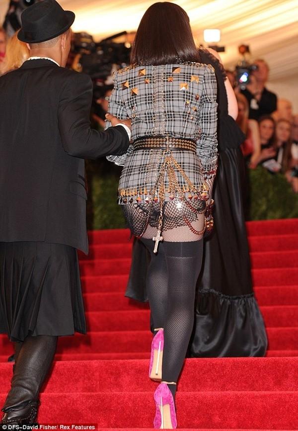 """Madonna """"quên quần"""", đeo thánh giá sau mông 3"""