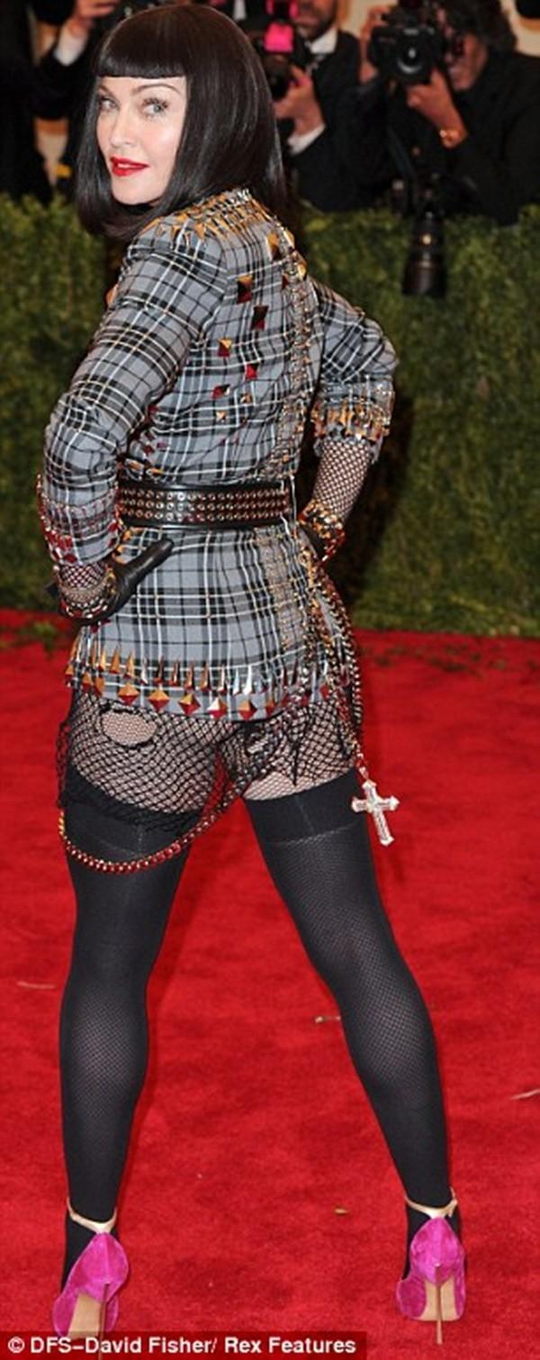 """Madonna """"quên quần"""", đeo thánh giá sau mông 4"""