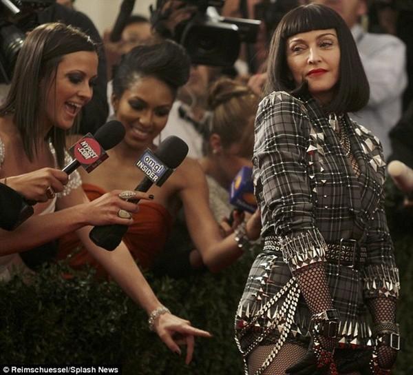 """Madonna """"quên quần"""", đeo thánh giá sau mông 5"""
