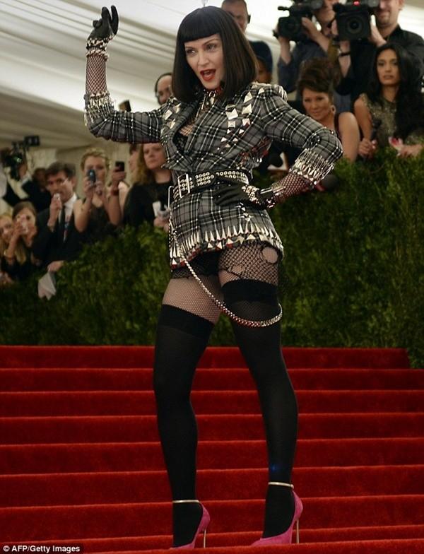 """Madonna """"quên quần"""", đeo thánh giá sau mông 6"""