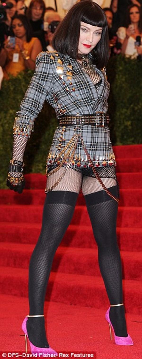 """Madonna """"quên quần"""", đeo thánh giá sau mông 7"""