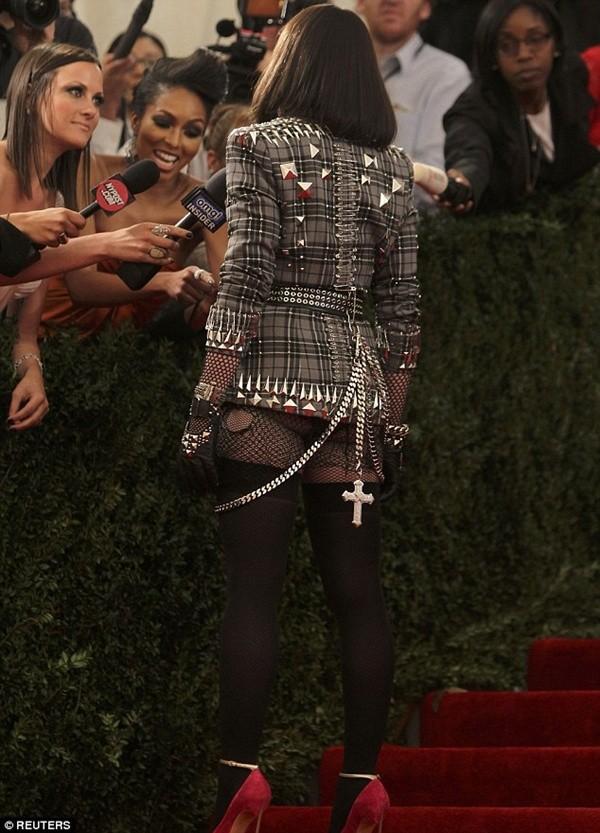 """Madonna """"quên quần"""", đeo thánh giá sau mông 8"""