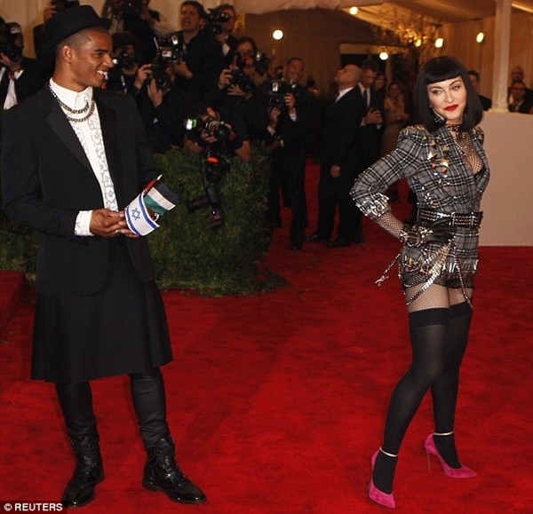 """Madonna """"quên quần"""", đeo thánh giá sau mông 10"""