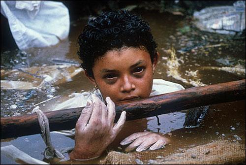 Bé gái Omayra Sánchez có con ngươi đen láy do bị ảnh hưởng bởi nguồn nước độc.