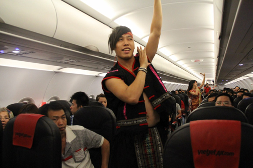 Một phiên bản khác của múa Xoang do tiếp viên Vietjet Air thực hiện.