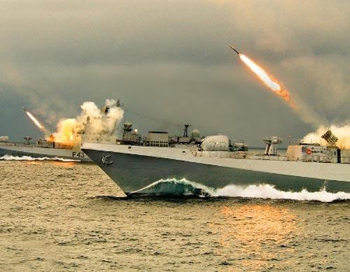 Tàu khu trục nhỏ Đề án 1135.6 lớp Talwar trong biên chế Hải quân Ấn Độ đang phóng rocket chống ngầm trong một cuộc diễn tâp. Lớp tàu khu trục nhỏ này có khả năng công thủ toàn diện.