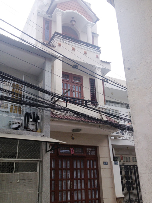 Nhà riêng của Phương Trinh chụp từ phía ngoài, căn nhà khang trang và chắc chắn nhất con hẻm.