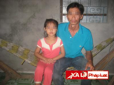 Cha đứa bé ân hận vì đã mải đi làm ăn mà quên chăm sóc con cái, khiến con bị xâm hại