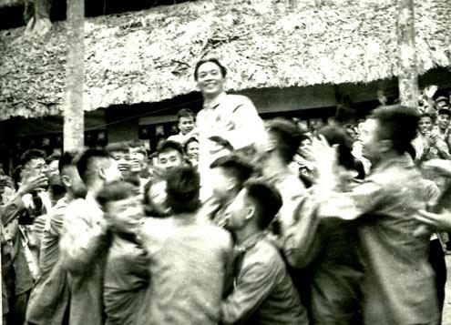 Các chiến sĩ thi đua trong chiến dịch Điện Biên Phủ vui mừng công kênh Đại tướng trong lễ mừng công (ngày 13/5/1954)