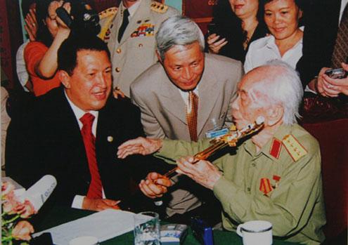 Trong chuyến thăm Việt Nam, Tổng thống Venezuela Hugo Chavez tặng Đại tướng Võ Nguyên Giáp phiên bản thanh bảo kiếm của anh hùng Simón Bolívar.