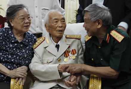 Nguyên Tổng bí thư Lê Khả Phiêu tới chúc mừng sinh nhật lần thứ 99 của Đại tướng Võ Nguyên Giáp