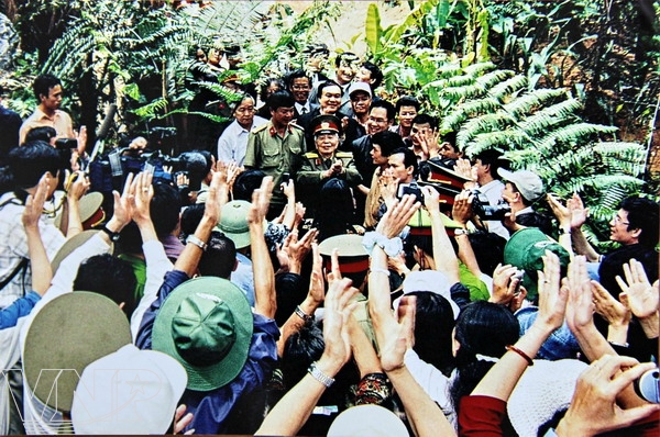 Nhân dân Mường Phăng (tỉnh Điện Biên) nhiệt liệt đón chào Đại tướng Võ Nguyên Giáp về thăm (18/4/2004)