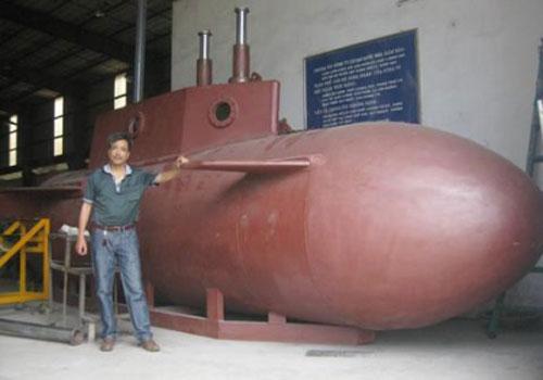 Ông Hòa bên chiếc tàu ngầm tự chế. Ảnh: Nhân dân.