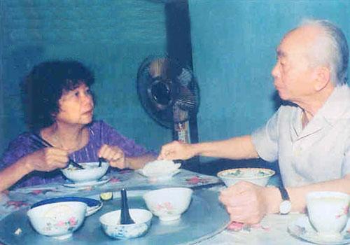 Tướng Giáp và bạn đời trong bữa cơm đời thường (1994). Ảnh: Nhà báo - đại tá Trần Hồng.