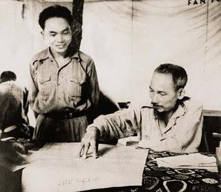 Cụ Võ và cụ Hồ tại Sở chỉ huy Chiến dịch Biên giới (1950).