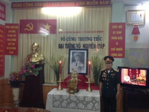 Thành viên Hội Cựu chiến binh Q.1, TP.HCM bên bàn thờ Đại tướng Võ Nguyên Giáp.