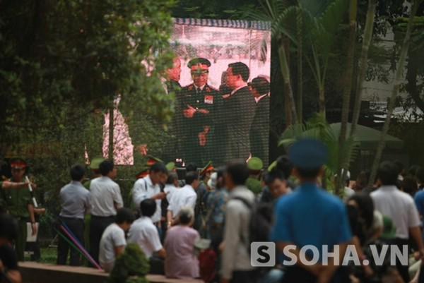Người dân tập trung ra ngoài màn hình lớn để theo dõi lễ tang Đại tướng.