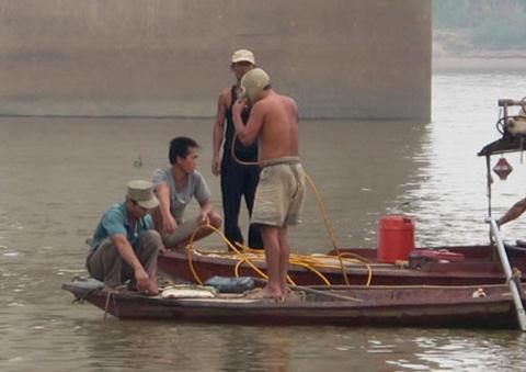 Việc tìm kiếm thi thể nạn nhân ở sông Hồng dường như đang đi vào ngõ cụt