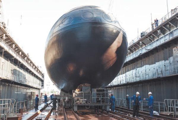 Tháng 28/8/2012 tàu ngầm Kilo 636 Hà Nội được đưa lên dock hạ thủy tàu để chuẩn bị cho lễ hạ thủy chính thức tại nhà máy đóng tàu Admiraltei verfi