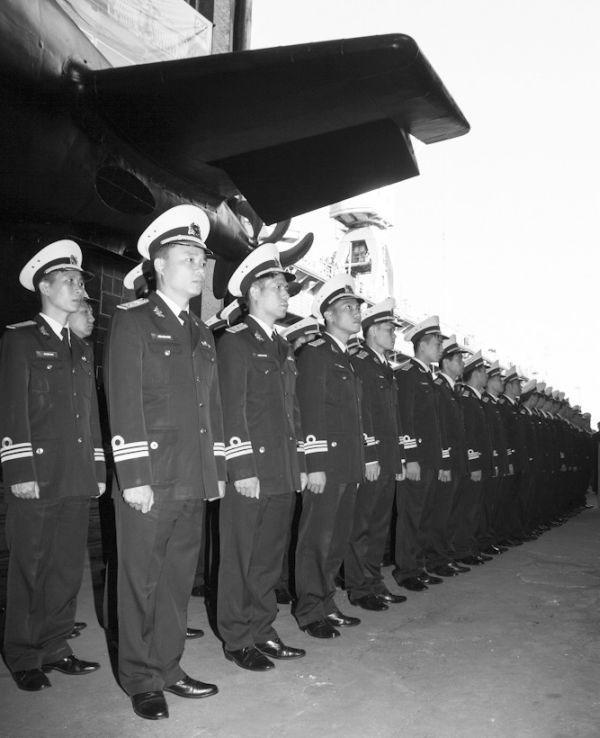 Thủy thủ đoàn của tàu ngầm Hà Nội tại lễ hạ thủy