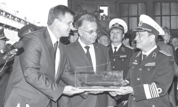 Lãnh đạo nhà máy Admiraltei verfi tặng lãnh đạo quân chủng Hải quân Việt Nam mô hình tàu ngầm Kilo 636 tại lễ hạ thủy tàu ngầm Hà Nội