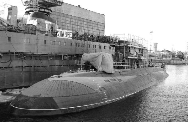 Tàu ngầm Hà Nội neo đậu tại cảng của nhà máy trong thời gian hoàn thiện phần tháp tàu