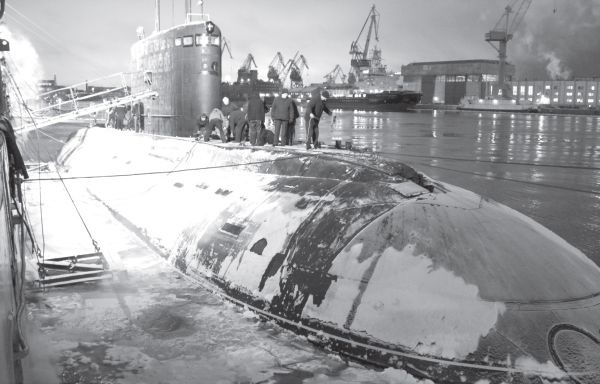 Đầu tháng 12/2012 tàu ngầm Hà Nội có chuyến ra biển lần đầu tiên, chính thức bắt đầu giai đoạn thử nghiệm nhà máy. Trong ảnh: Chuẩn bị cho tàu rời cảng