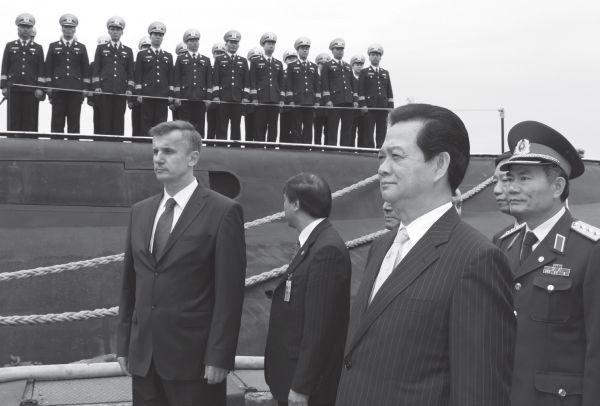 Thủ tướng Nguyễn Tấn Dũng đến thị sát tàu ngầm Hà Nội