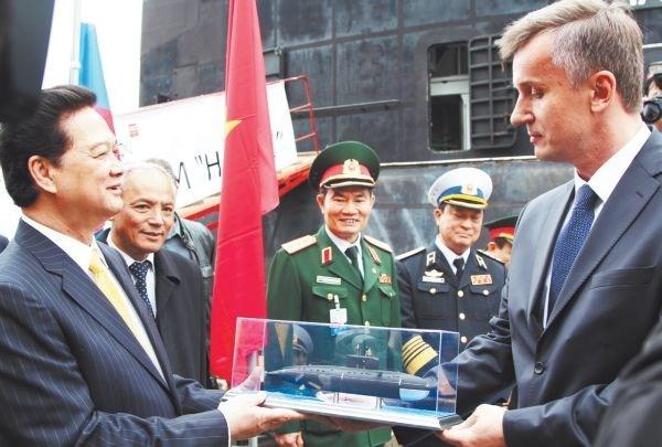 Lãnh đạo nhà máy Admiraltei verfi tặng Thủ tướng Nguyễn Tấn Dũng mô hình tàu ngầm Kilo 636