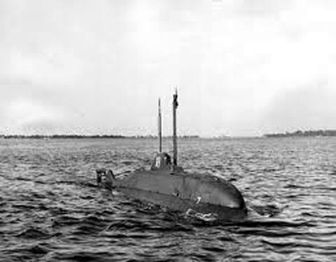 Tàu ngầm mini X-1 của Mỹ dùng AIP với peroxit hydro và động cơ diesel thông thường. Chế tạo năm 1955 tới 1957 xảy ra vụ nổ ,sau đó không dùng AIP nữa