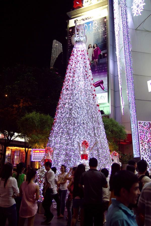 Cây thông Noel lấy ý tưởng về bà chúa Tuyết trước tòa nhà Saigon Center