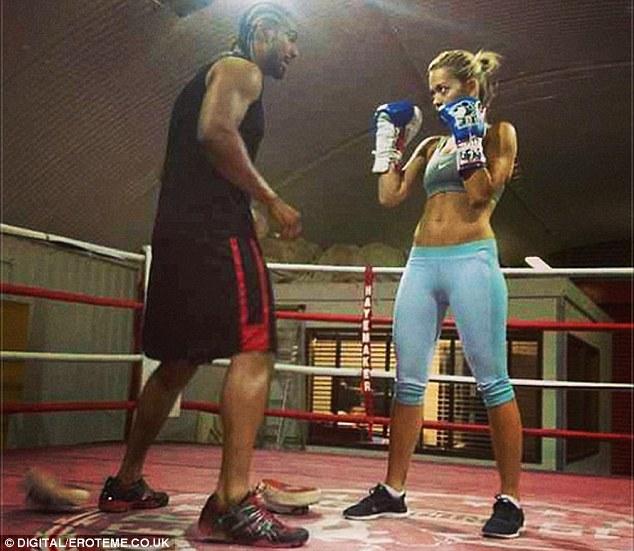 Nữ ca sỹ xinh đẹp tập đấm bốc với cựu vô địch thế giới hạng nặng