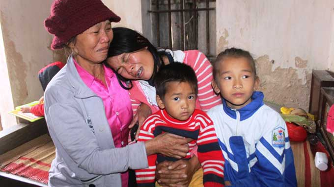 Chị Mai Thị Phương (SN 1985, vợ anh Hồ Vĩnh Thế, 1 trong 10 thuyền viên mất tích) ôm các con khóc ngất lịm.