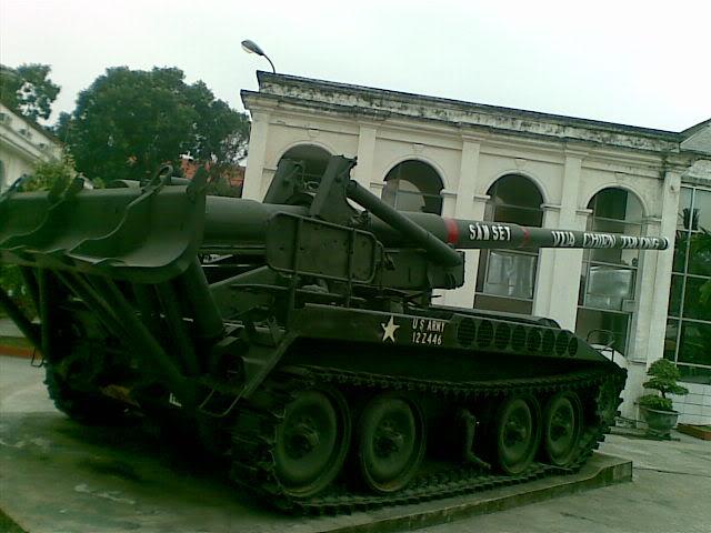 Trên nòng pháo M-107 là các chữ
