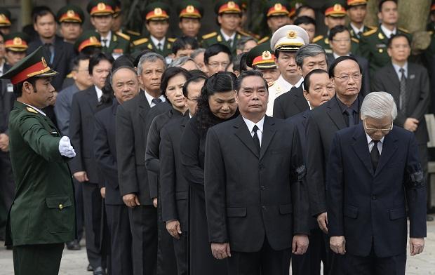Tổng bí thư Nguyễn Phú Trọng dẫn đầu Đoàn đại biểu Đảng Cộng sản Việt Nam tới viếng Đại tướng.