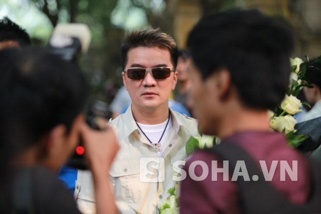 Đàm Vĩnh Hưng đến viếng Đại tướng Võ Nguyên Giáp với bó hoa trắng to.