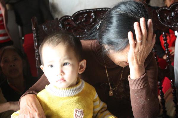 Nước mắt mẹ già, con trẻ trước tin sét đánh. Cả làng Tân An đang dõi mắt về phía biển, ngóng tin tức của những thuyền viên xấu số.