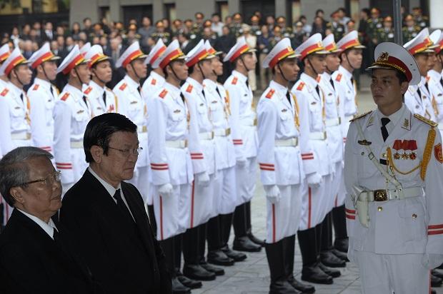 Chủ tịch nước Việt Nam Trương Tấn Sang và nguyên Chủ tịch nước Trần Đức Lương tới viếng Đại tướng.
